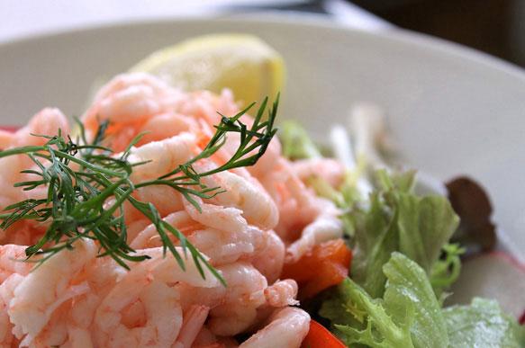 Бодрые рецепты: салат с креветками и помидорами