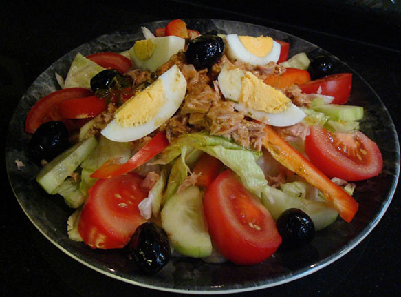 Салат с авокадо и тунцом и помидорами и майонезом — 5