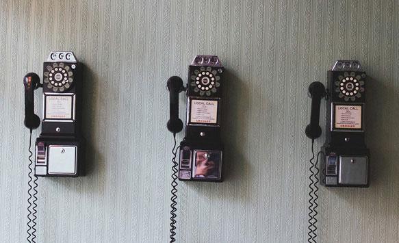 звонить по телефону