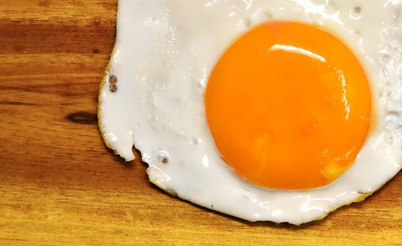 Приснившееся разбитое яйцо без желтка, согласно заверениям миллера, оповещает о провале в делах.